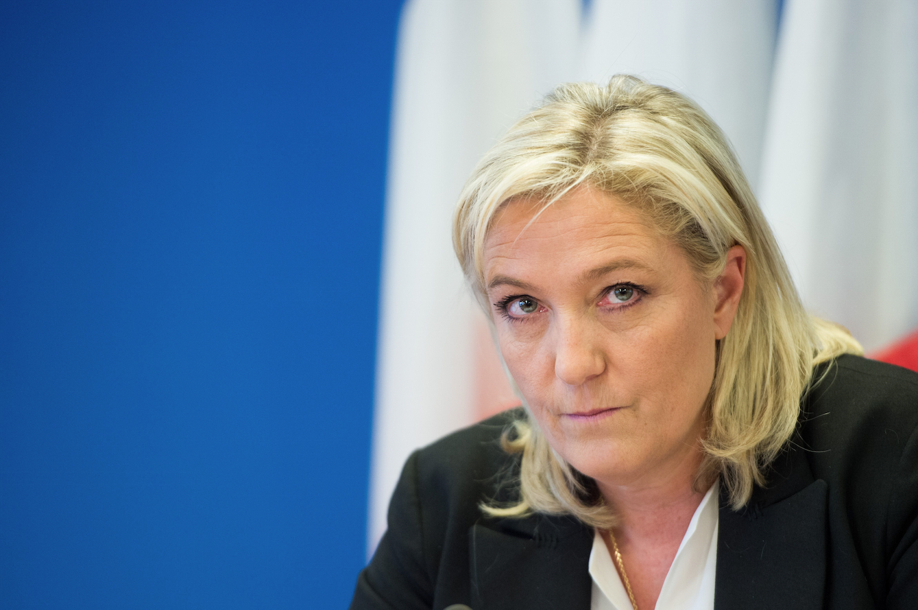 Soupçons d'emplois fictifs au Font national: Marine Le Pen nie tout