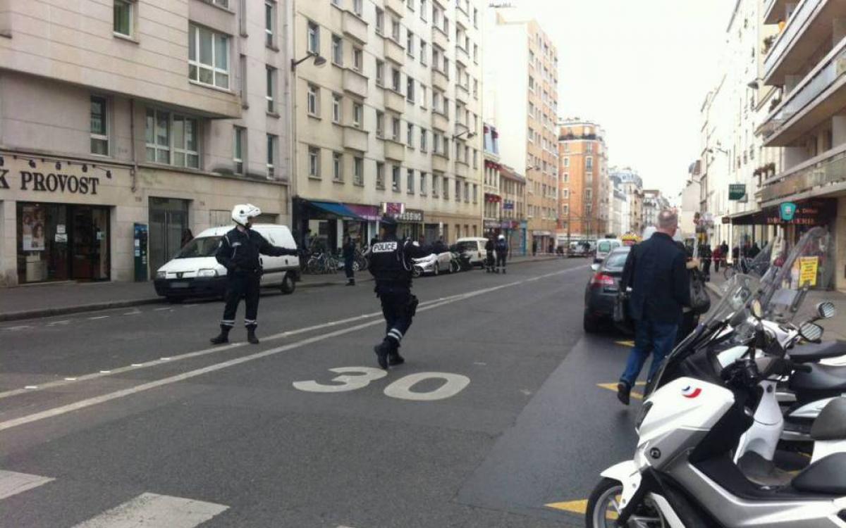 Un homme égorge deux personnes dans une cour d'immeuble à Paris