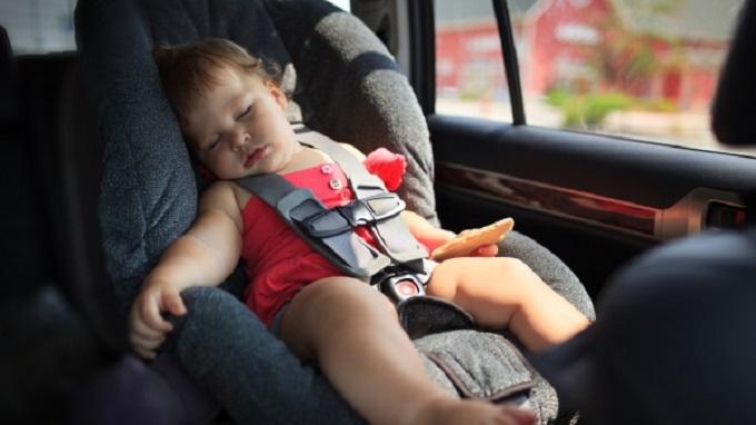 Un enfant enfermé dans une voiture au soleil
