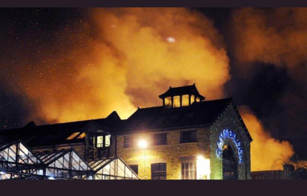 Un énorme incendie dévaste un marché à puce londonien (Vidéos)