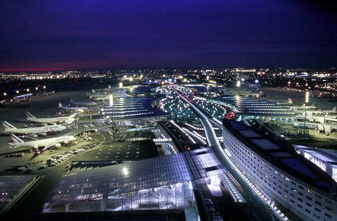 Des malfrats encagoulés dévalisent une vingtaine de touristes — Aéroport de Roissy
