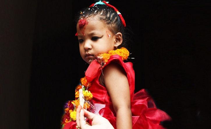Une fillette intronisée déesse vivante — Népal