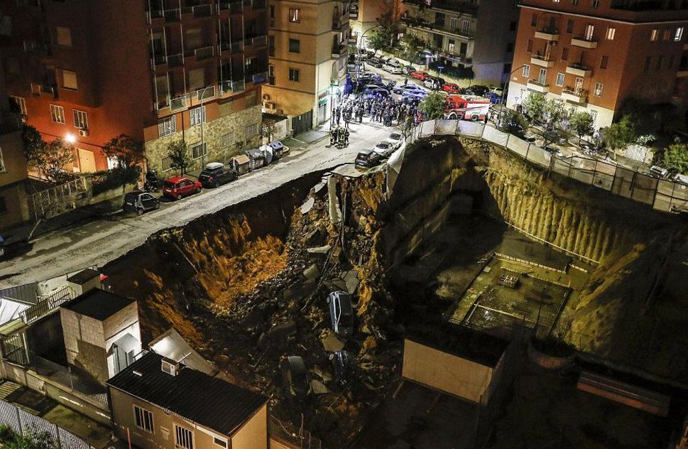 Une rue s'effondre dans un cratère — Rome