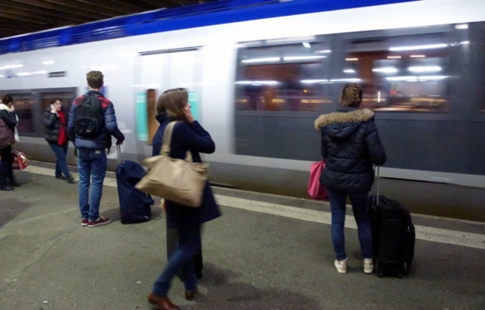 Rennes son train part sans lui il s 39 accroche la porte for Miroir qui s accroche a la porte